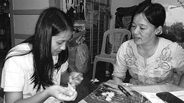 ミャンマーのタティング職人母娘