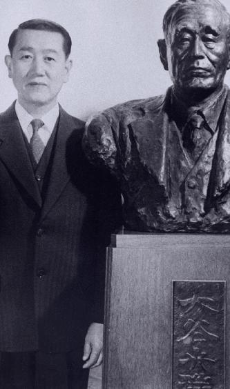 正垣角太郎氏と銅像の写真