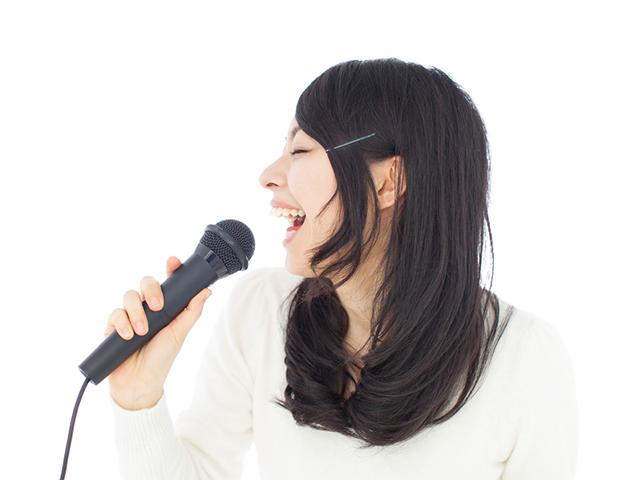 女性が歌を歌っている画像
